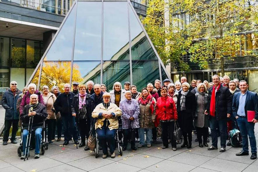 Die Besuchergruppe aus Neuwied gemeinsam mit Sven Lefkowitz (zweiter von rechts) im Innenhof des Mainzer Abgeordnetengebäudes.