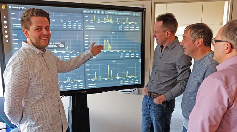 Björn Böckling (links) erläutert seinen Kollegen Willi Ziegler und Michael Buchheim sowie Amtsleiter Gerhard Wingender (von rechts) Aspekte seiner Abschlussarbeit. Foto: Stadt Neuwied