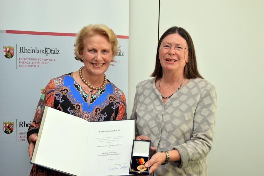 Höfken überreicht Verdienstmedaille an Gisela Born-Siebicke