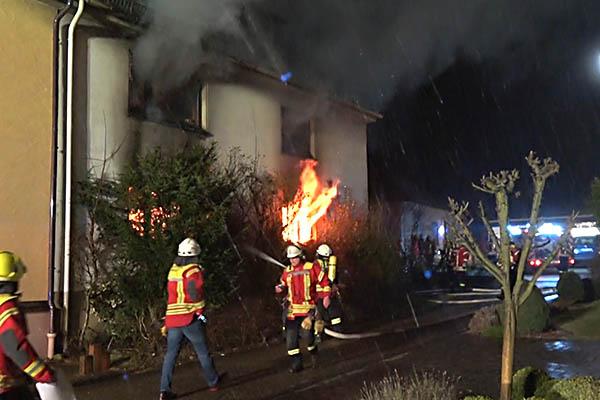 Älteres Wohnhaus in Nauort brennt lichterloh
