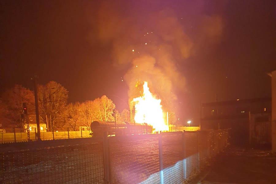 Im Bahnhof Unkel steht G�terzug in Flammen