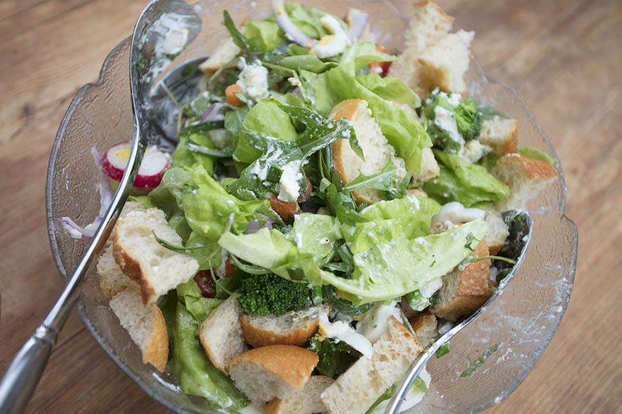 Westerwälder Rezepte: Brotsalat mit Ziegenkäse und Ei