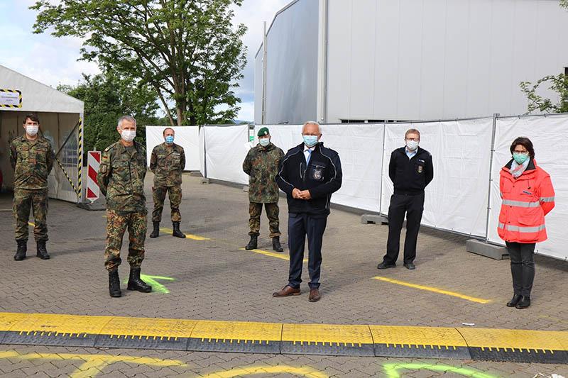 Begleitet wurde Dr. Schmidt (vorne links), unter anderem von der stellvertretenden Leiterin des Neuwieder Gesundheitsamtes, Dr. Corinna Trapp (rechts) und Landrat Achim Hallerbach (Mitte). Foto: Kreisverwaltung