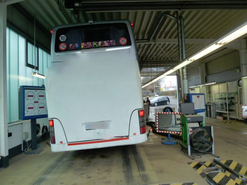Technische Kontrolle des Reisebusses. Foto: Polizei