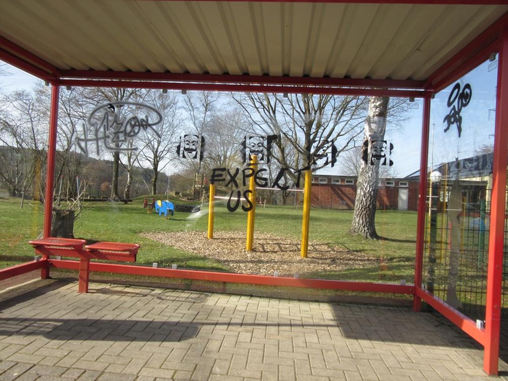 Buswartehalle in Pracht beschmiert