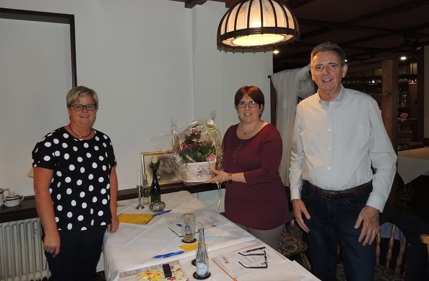 Dank mit einem Blumengebinde an die Abgeordnete Jessica Weller, Mitte, für ihren Besuch in Marienthal durch die Kassiererin Anke Enders-Eitelberg, links, und Vorsitzenden Uli Paul, rechts (Fotos: CDU-Hamm)