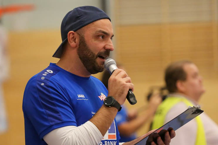 """VCN-Hallensprecher Marco """"Chico"""" Cicoria ist am Samstag gegen Sonthofen der Impulsgeber für das Neuwieder Publikum. Foto: Detlef Gottwald."""