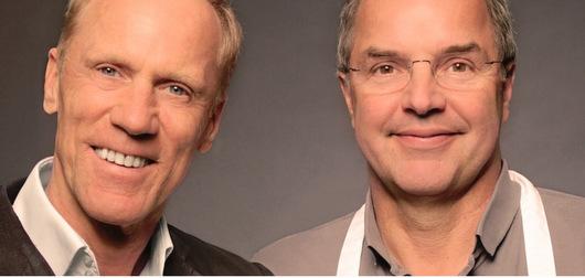 Der Sportwissenschaftler Professor Ingo Froböse (links) und der Food-Journalist und Koch Helmut Gote servieren bei der DAK in Montabaur ein gemeinsames Menü. (Foto: dak.de)