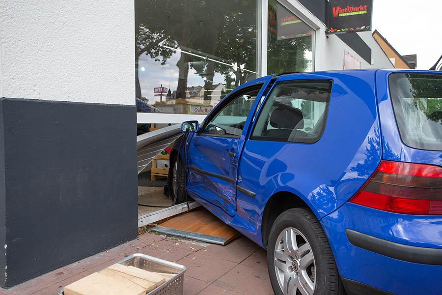 Auto landet nach Verkehrsunfall in Schaufensterscheibe