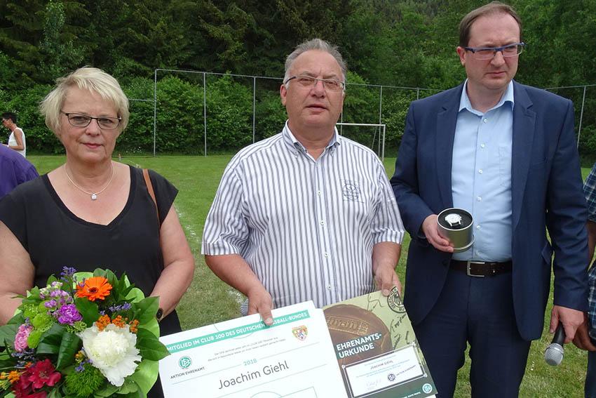 Joachim Giehl vom SV Atzelgift vom DFB ausgezeichnet