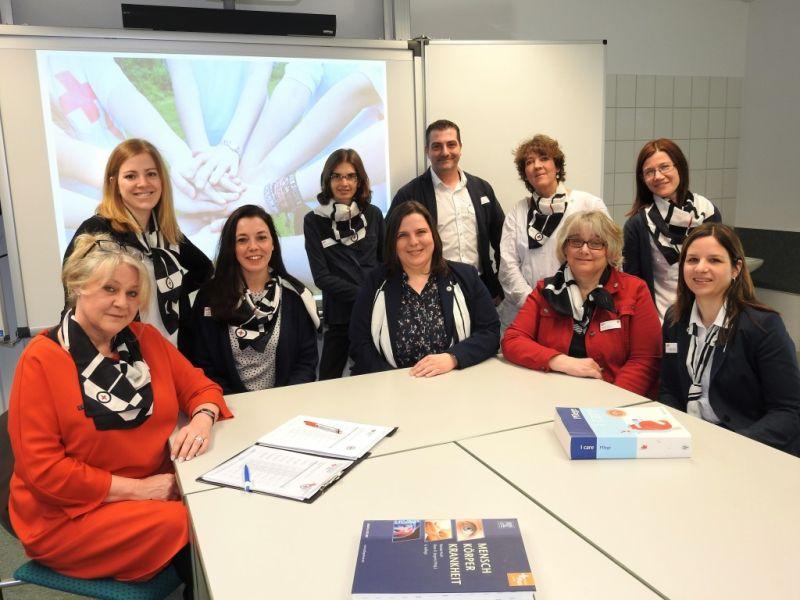 Das Team des Bildungszentrums für Gesundheitsberufe in Hachenburg um Leiterin Corinna Kronsteiner-Buschmann (5.v.l.) freut sich auf motivierte Interessenten. Foto: privat