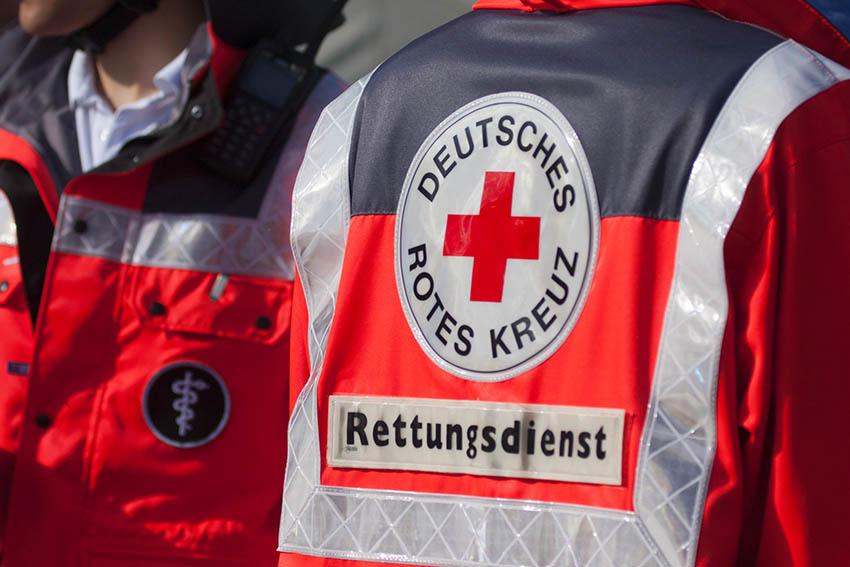 Rettungssanitäter mit Messer und Polizei mit Fäusten bedroht