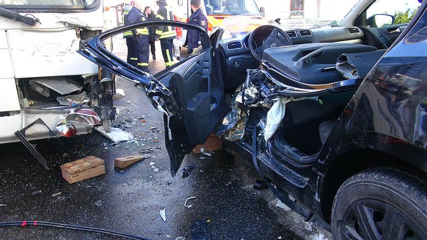 Bus stößt mit PKW zusammen - Fahrerin schwer verletzt