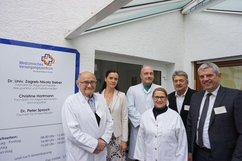 Dr. Nikola Sieber, Anett Sandkuhl (Verwaltungsdirektorin KHDS), Dr. Peter Sproch, Christine Hartmann, Dr. Reinhold Ostwald (ärztlicher Direktor KHDS) und Guido Wernert (Geschäftsführer KHDS). Foto: Krankenhaus