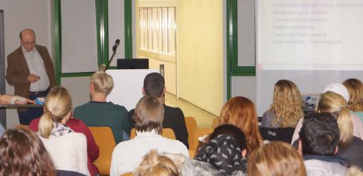 Oberarzt Alexander Oberhollenzer beim Vortrag in Kirchen. (Foto: DRK-Krankenhaus Kirchen)