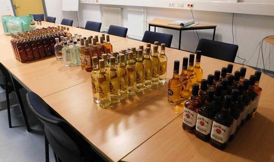 Insgesamt 109 Flaschen Whiskey, Gin und Wodka sowie etliche Packungen Druckerpatronen fand die Polizei in einem PKW bei einer Verkehrskontrolle in Niederfischbach. (Foto: Polizei)