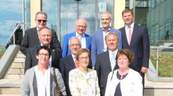 In einer Feierstunde in Altenkirchen überreichte Landrat Michael Lieber die Ehrennadeln des Landes Rheinland-Pfalz. (Foto: wear)