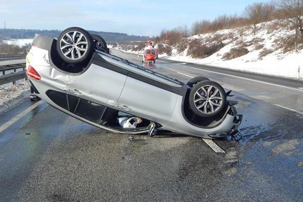 Unfall auf A 3 fordert zwei Schwerverletzte - langer Stau