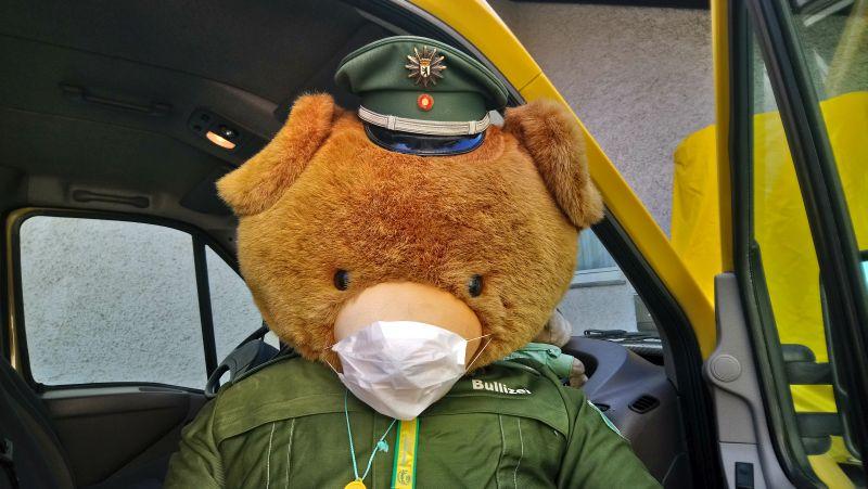 Schutzbär Bulli mit Gesichtsmaske. Foto: Johannes Heibel