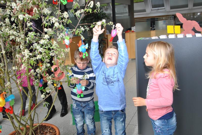Kita-Kinder dekorierten den Osterbaum in der Volksbank Daaden