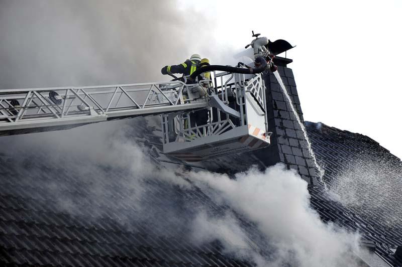Großaufgebot der Feuerwehren bei Dachstuhlbrand in Etzbach – Haus unbewohnbar