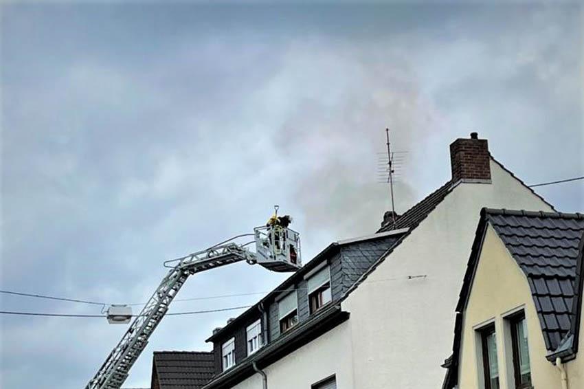 Dachstuhlbrand und Gasgeruch fordern Feuerwehren in Bad Hönningen