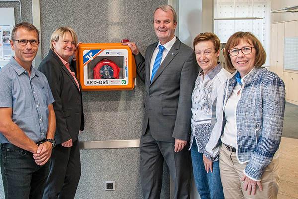 Raiffeisenbank Neustadt spendet Defibrillator für Straßenhaus