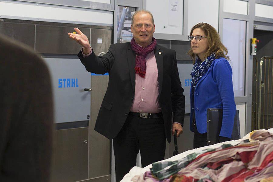 Geschäftsführer Erhard Hauptmann erklärt Ministerin Bätzing-Lichtenthäler die Arbeitsabläufe in der Wäscherei. Fotos: Helmi Tischler-Venter