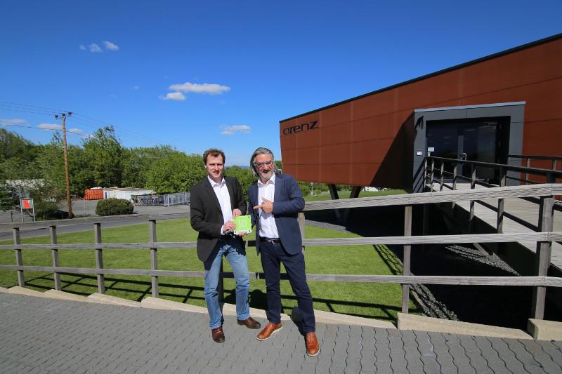 """Peter Müller (links) von der Energieagentur Rheinland-Pfalz übergibt die Klimaschutzplakette """"H.ausgezeichnet"""" an Josef Arenz, Geschäftsführer der Arenz Textilhandelsgesellschaft. Foto: Privat"""