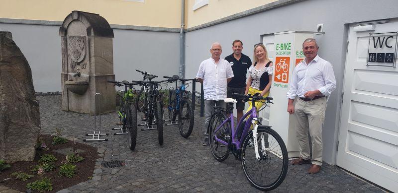 Präsentieren die neue Ladestation am Marktplatz: die Beigeordneten Volker Hummerich und Beatrix Schneider, Maximilian Koch (hinten) und Stadtbürgermeister Rolf Jung (re). Foto: privat