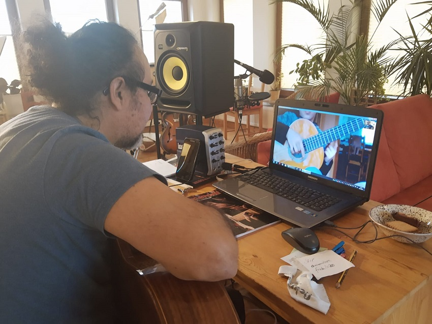 Musikunterricht per Videochat, wie hier mit Gitarrenlehrer Eduardo Cisternas (Fotos: MusiQSpace/privat)