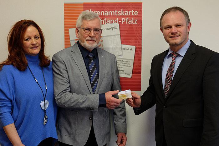 OB Einig überreicht Gerhard Marx Jubiläums-Ehrenamtskarte