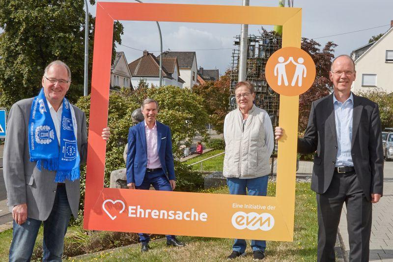 Norbert Rausch übergibt den Spendenbetrag zusammen mit dem Bürgermeister Thilo Becker, an die Vertreter der beiden FördervereineFoto: evm/Matthias Brand.
