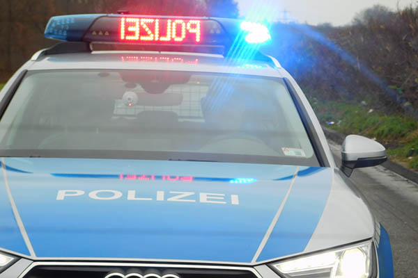 LKW fährt auf Stauende auf - Beifahrerin schwer verletzt