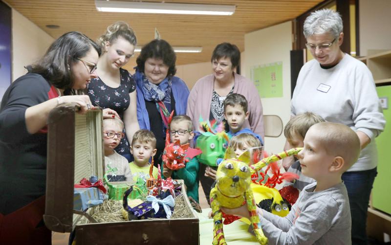 Die Integrative Kindertagesstätte der Lebenshilfe Neuwied präsentiert eine farbenfrohe Plastiktierwelt. Foto: Privat