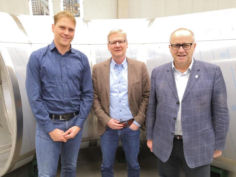 Landrat Dr. Peter Enders (rechts) und Wirtschaftsförderer Lars Kober (links) tauschten sich mit AMS-Geschäftsführer Thomas Imhäuser aus. Foto: privat