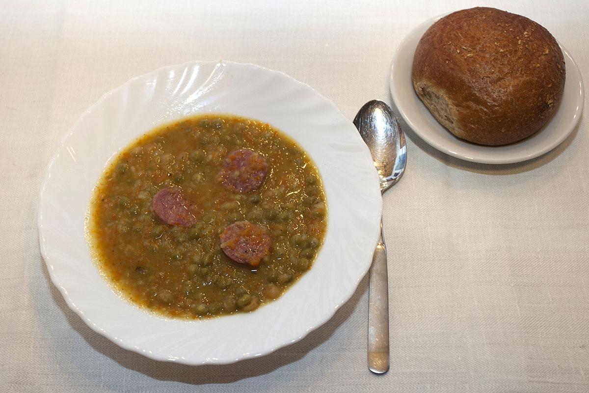 Westerwälder Rezepte: Klassische Erbsensuppe mit Mettwurst