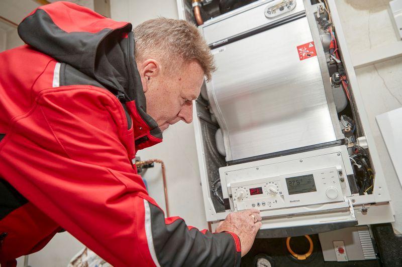 Reinhard Guzien vom Gas- und Wärme-Institut demonstriert, wie die Erhebung der Erdgasgeräte bei den Endkunden abläuft. Foto: evm/Ditscher