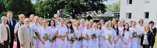 Die Gesundheits- und (Kinder-) Krankenpflegerinnen absolvierten in den vergangenen drei Jahren rund 2.200 theoretische Unterrichtsstunden in der Schule für Pflegeberufe in Kirchen. Hinzu kamen mehr als 3.000 Stunden praktische Ausbildung im DRK-Krankenhaus Kirchen und bei Kooperationspartnern. (Foto: DRK-Krankenhaus Kirchen)