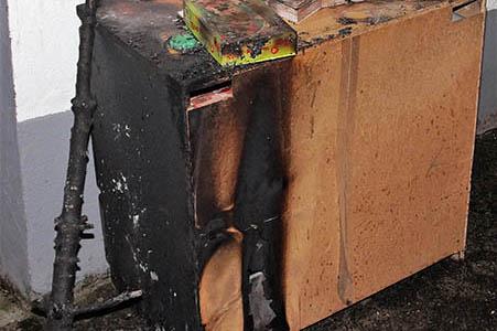 Weihnachtsbaum geht in Flammen auf - Rauchmelder verhindern Schlimmeres