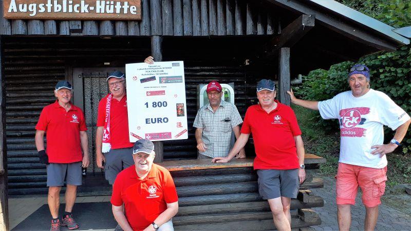 """Fanclubmitglieder bei einer Wanderung im Gebiet der """"Augstgemeinden"""" zeigen stolz die Spendensumme von 1.800 Euro. Foto: FCK-Fanclub Kuhnhöfen / Arnshöfen"""