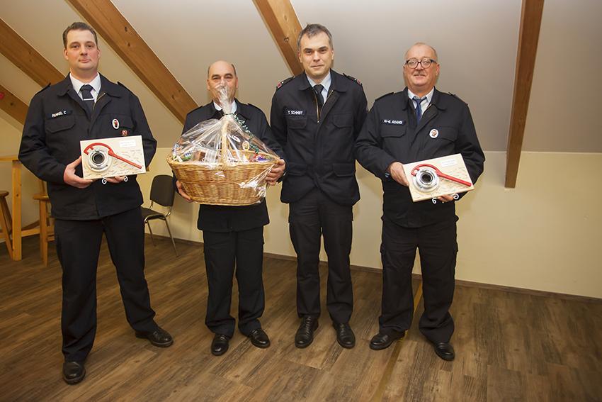 Der stellvertretende Wehrführer Thomas Schmidt (2. von rechts) mit den Geehrten Timo Runkel, Bernd Gerhard Heck und Hans-Georg Adams (von links). Fotos: Feuerwehr VG Puderbach