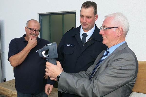 Übergabe einer Wärmebildkamera an Feuerwehr Raubach