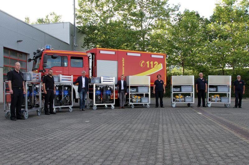 Bürgermeister Klaus Müller (3.v.l.) und Sachbearbeiter Tim Heidrich (4 v.l.) konnten jüngst sechs neue Rollcontainer für Starkregenereignisse an die Feuerwehr der Verbandsgemeinde Selters übergeben. Foto: privat
