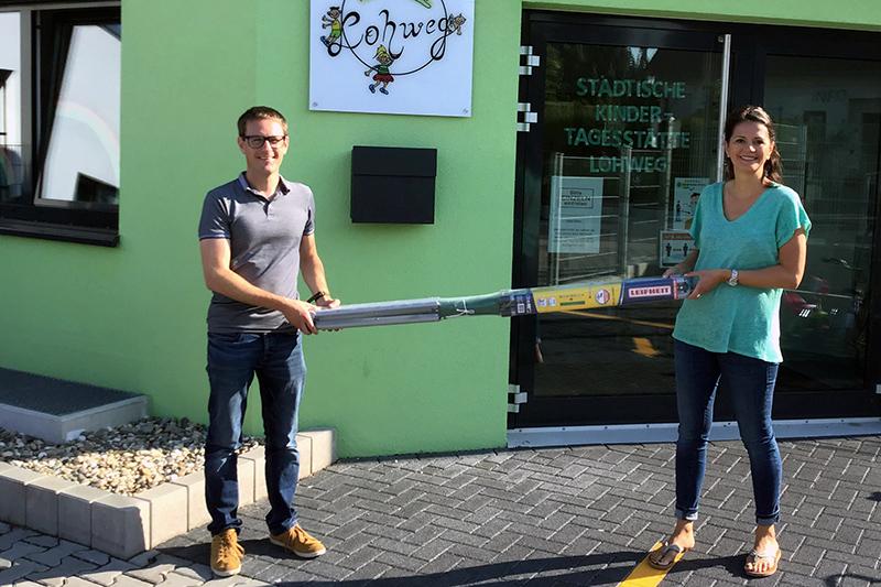Christopher Cullmann vom Förderverein Kita Lohweg dankt Silvia Pörtner für die Spende einer Wäschespinne. Foto: Stadt Bendorf