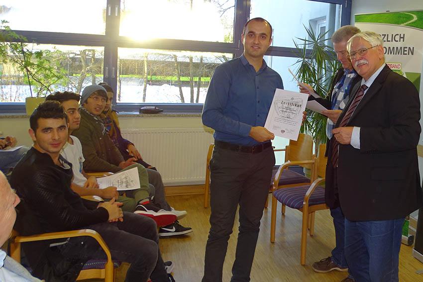 Zertifikate f�r Basisausbildung von Fl�chtlingen ausgeh�ndigt