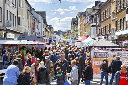 Geschätzt 20.000 Besucher lockte das erste Wissener Stadtfest anlässlich 50 Jahre Stadt Wissen an. Die Rathausstraße war so voll wie noch nie in Ihrer langen Geschichte. (Foto: P.J. Steinke)