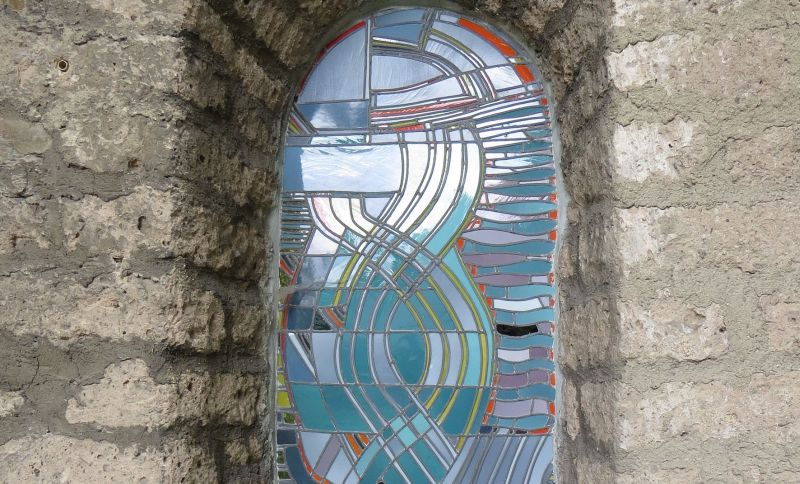 Moderne Glaskunst in historischem Gotteshaus