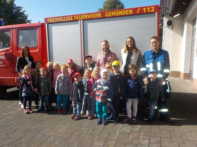 Besuch bei der Feuerwehr: Kita-Kinder üben löschen