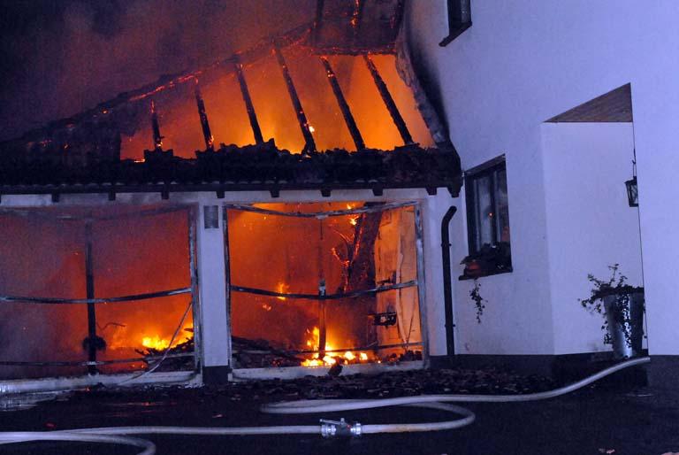 Beim Eintreffen der ersten Kräfte stand die Garage bereits im Vollbrand und das Feuer griff auf das Wohnhaus über. (Foto: kkö)